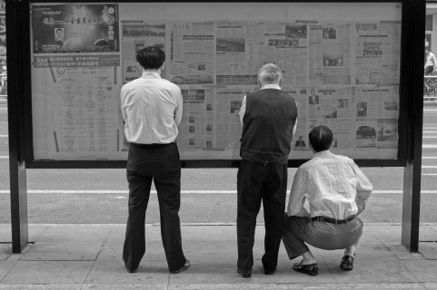 People_are_reading_newspaper_on_the_street